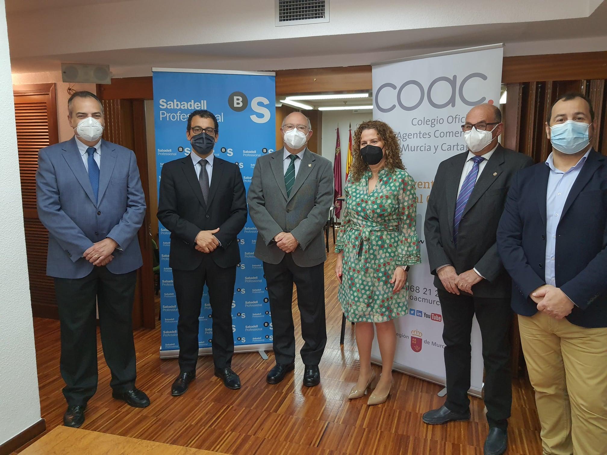 Firma de renovación del convenio con el Banco Sabadell.